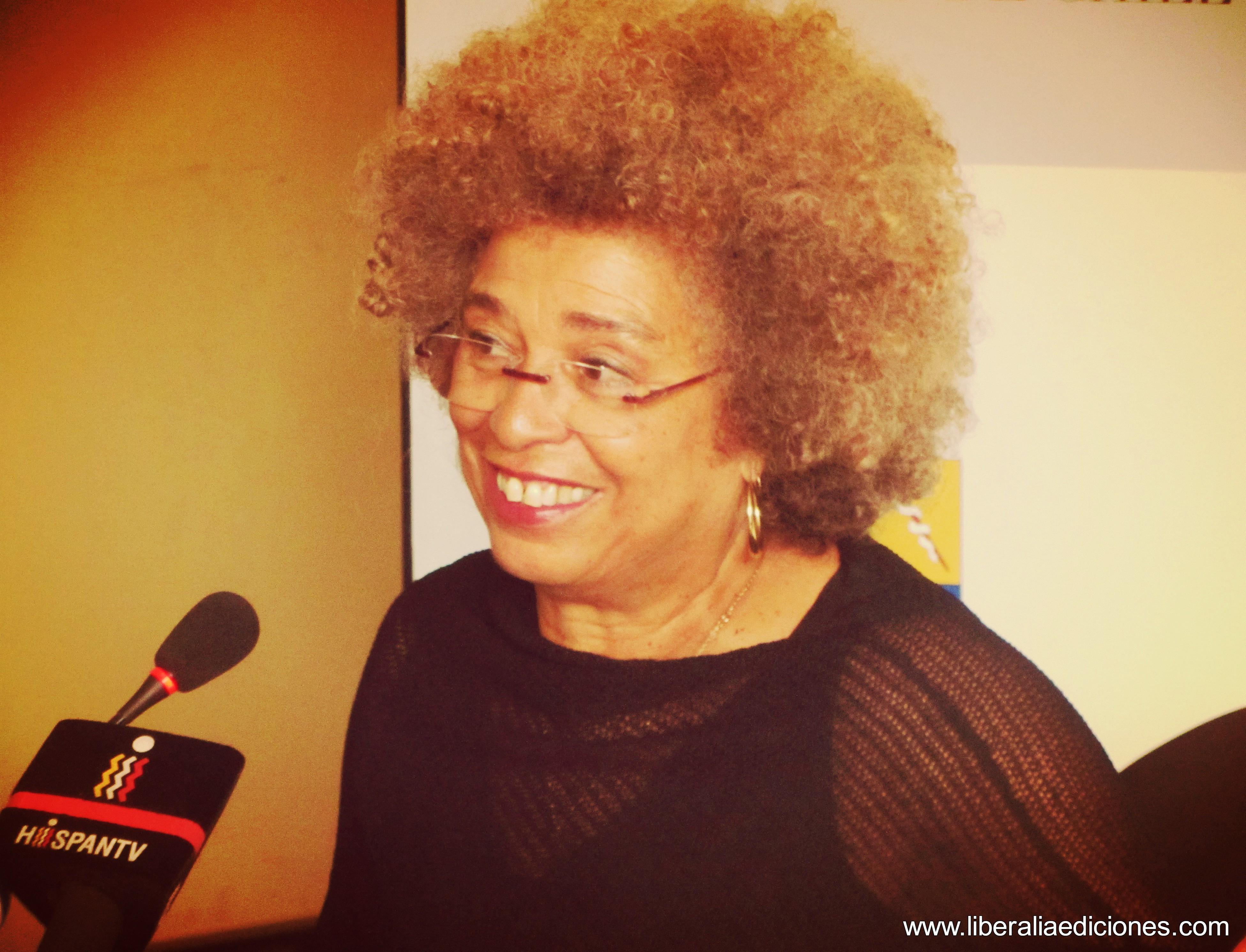 """Angela Davis en Chile: Las mujeres hacen el aporte más importante a los movimientos sociales"""""""